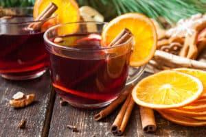 Gewürze, Gewürzmischungen, Obst und Saft – das darf in den Glühwein